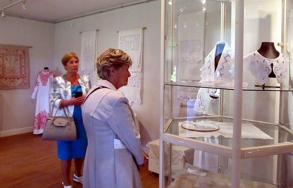 Белые воротники, выставленные в витрине, выполнены в технике монастырского шитья