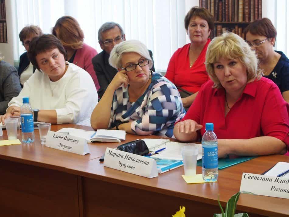 О работе сельских школ рассказали Марина Чупукова (справа) и Людмила Черемисина (слева). Фото Марии Голубевой