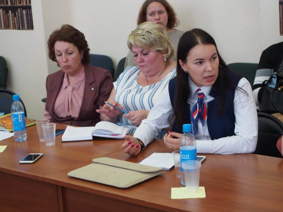 Представитель Совета молодых педагогов Карелии Валерия Самойлова (справа) рассказала о нехватке педагогов в карельских школах. Фото Марии Голубевой