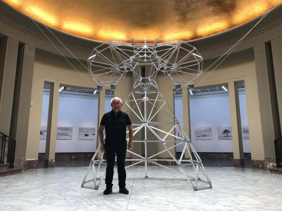 На этом фото продюсер Константин Ханхалаев у новой работы Зорикто Доржиева, показанной в Брюсселе. Еще один образ Госпожи, но это арт-объект. Стильный, легкий, необычный!
