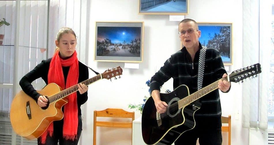 Гостями вернисажа стали представители петрозаводской школы гитары LUGEST BAND