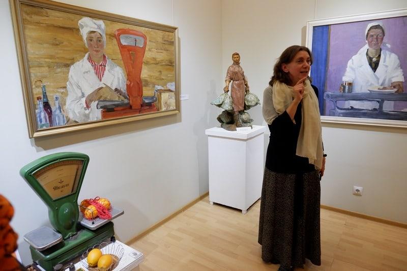 Куратор выставки Людмила Никифорова проводит выставку для первых посетителей