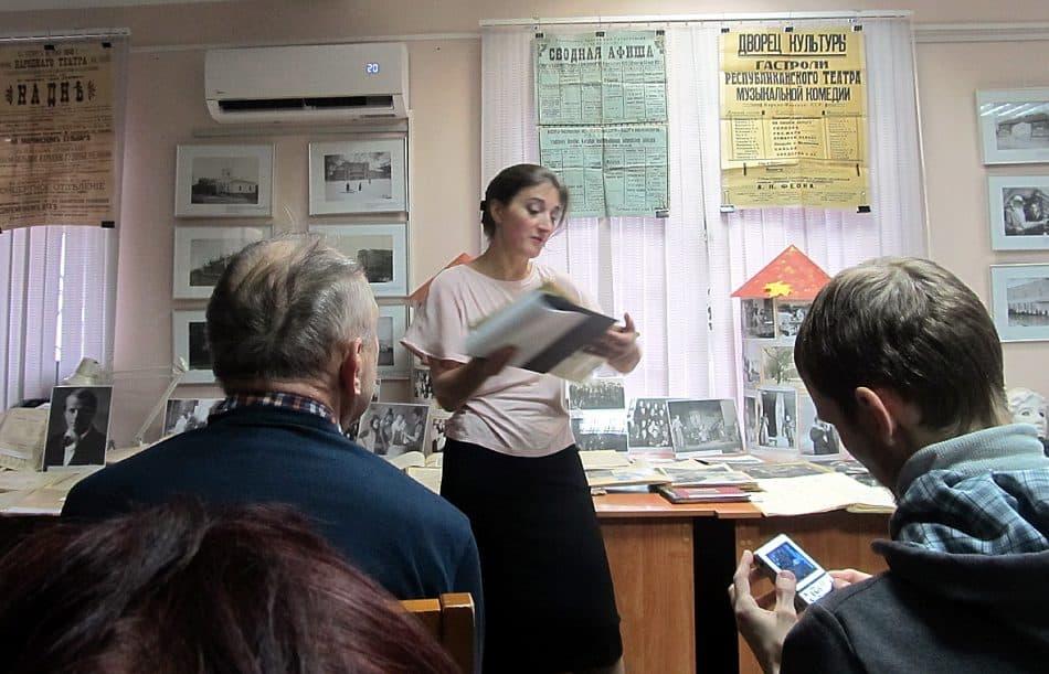 Представила выставку ее автор - главный архивист НА РК Мария Змеевская
