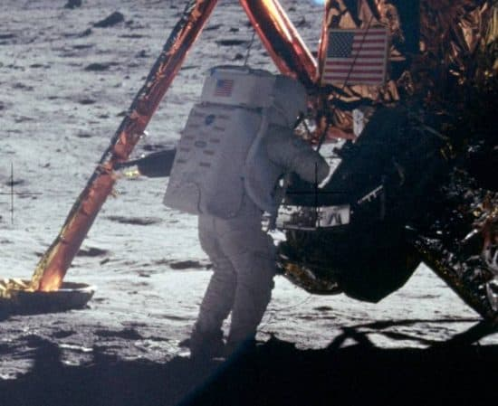 Единственный качественный фотоснимок Нила Армстронга, сделанный во время выхода на поверхность Луны. Фото: ru.wikipedia.org