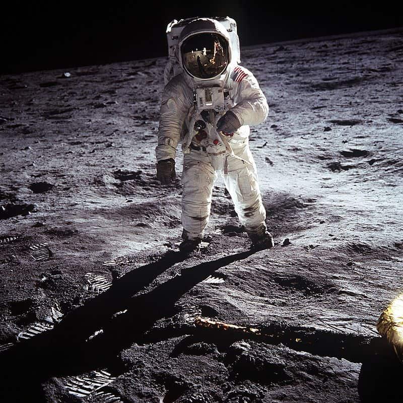 Олдрин в Море Спокойствия. Фотографирующий его Армстронг отражается в стекле гермошлема. Фото: ru.wikipedia.org
