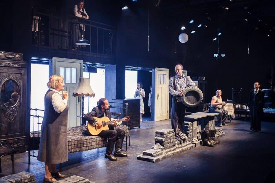 "Сцена из спектакля ""Старый дом"". Фото: mrteatr.ru"