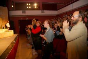 Публика  в Ростове-на-Дону стоя аплодирует петрозаводским артистам