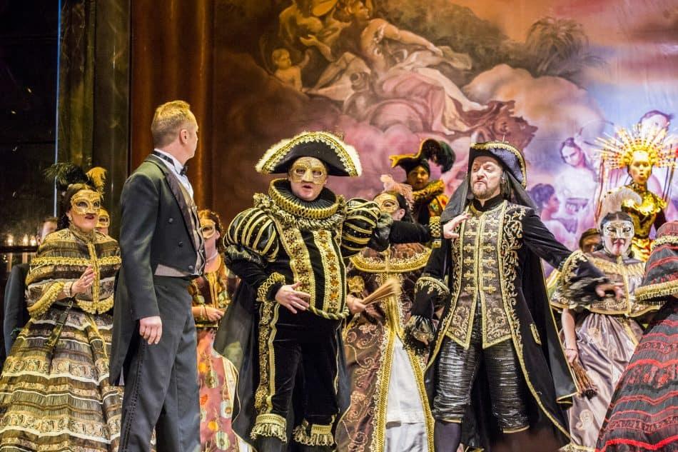 """Сцена из оперы """"Травиата"""" в Музыкальном театре Карелии. Фото: Виталий Голубев"""