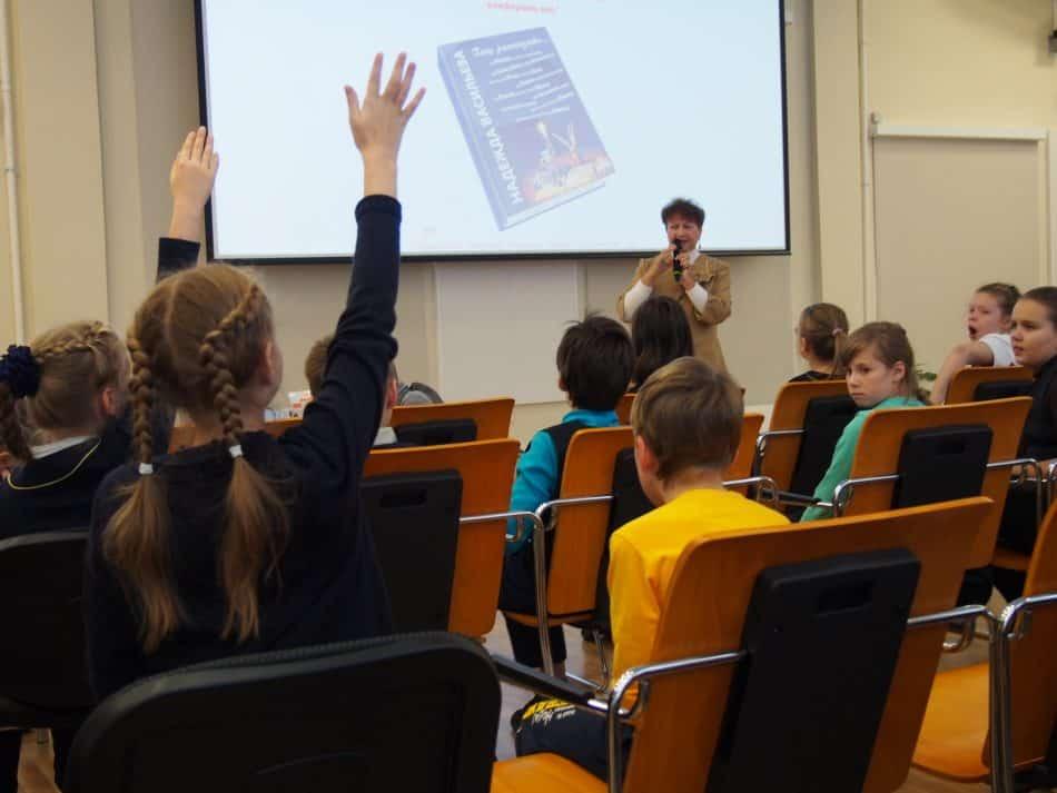 Надежда Васильева на встрече с детьми в Национальной библиотеке Карелии. Фото: Мария Голубева