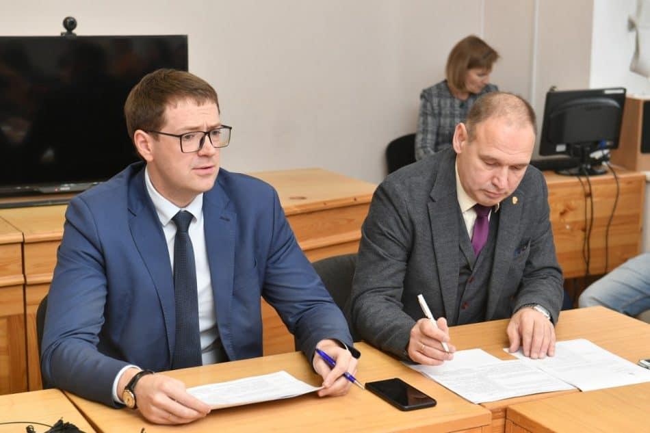 Министр образования Карелии Роман Голубев (слева) и детский омбудсмен Геннадий Сараев. Фото: МО РК