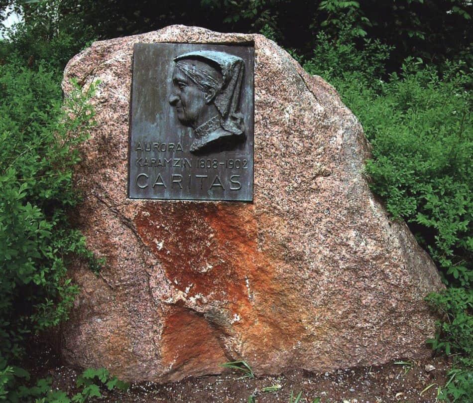 Памятный камень с бронзовым рельефом Авроры Карамзиной, установленный в поместье Тресканда,1958 год. Фото Ларисы Хенинен