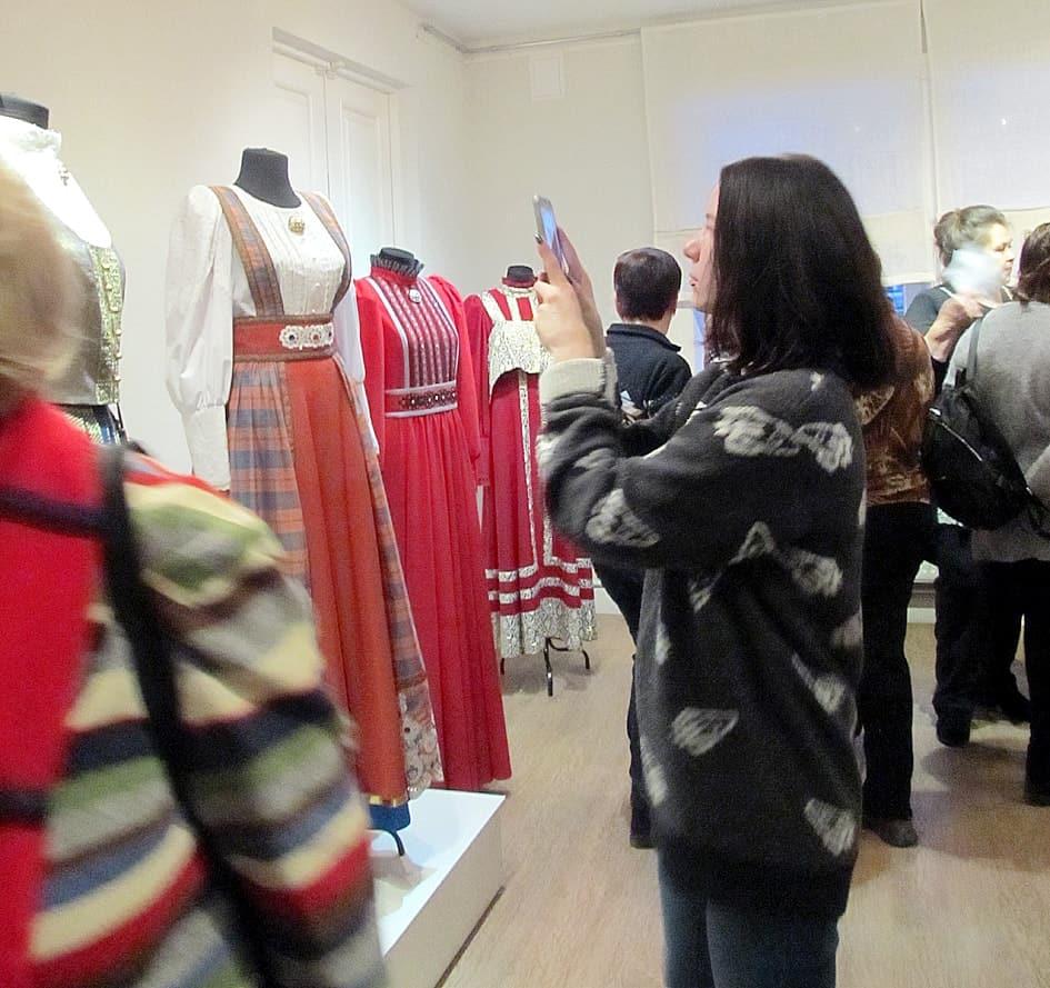 На выставке пудожского костюма Алексея Медведева