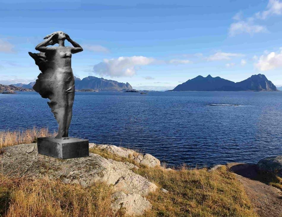 Фотографию коллажа с макетом скульптуры предоставил Военный музей в Сволвере