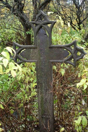 Единственный сохранившийся крест в старой части кладбища. Его сломать и унести не смогли. Фото: Сергей Хохлов