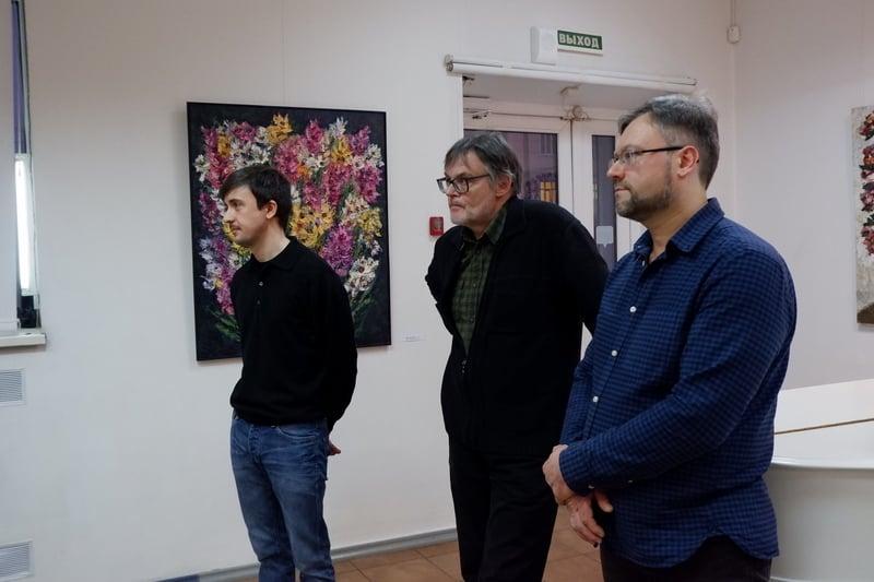 Авторы выставки (слева направо) Никита Рыбин, Артем Стародубцев и Илья Растстатурин