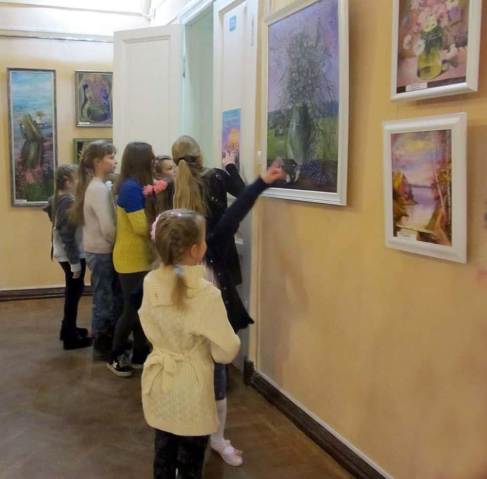 Ученики у работ руководителя студии Елены Патраника