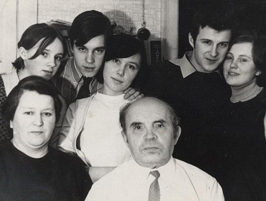 Отец Лазарь Иванович, мама Лидия Сергеевна, дети: Людмила, Сергей и Валентина, Вячеслав и его жена Лариса