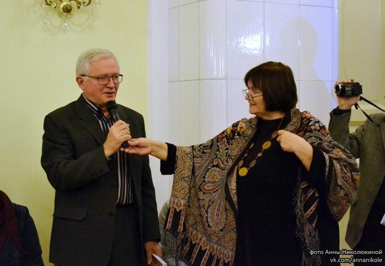 """Книга вручается автору главы """"Не наши? Наши!"""" С.В. Куликову, живущему в Тампере (финляндия). Каждое лето он приезжает реставрировать заонежские церкви и часовни"""
