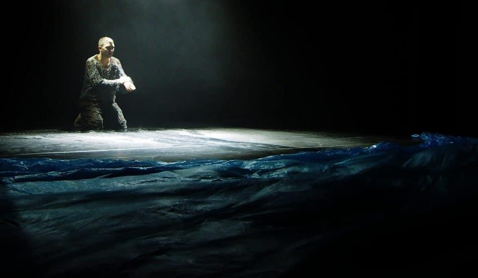 """Сцена из спектакля """"О рыбаке и рыбке"""". Фото: Ирина Ларионова"""