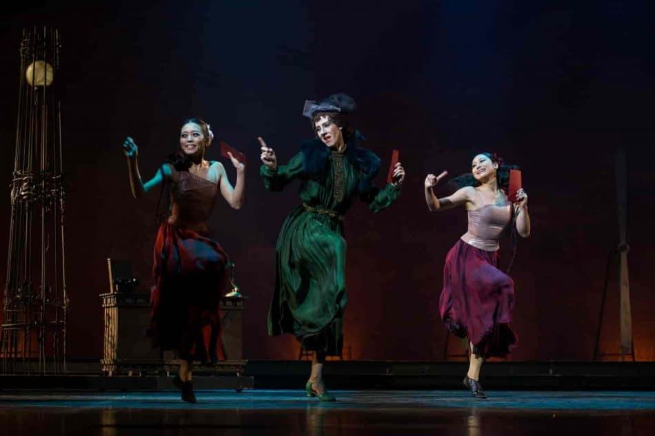 «Золушка». Мачеха – Эдуард Демидов, сестры – Юка Идзуми и Юки Окоти. Фото Виталия Голубева