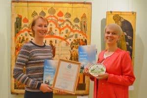Мария Смирнова (слева) и Наталья Козловкася с дипломом конкурса