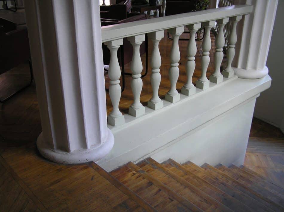 Балясины ограждения площадки на центральной лестнице техникума. Фото Ю. Голова