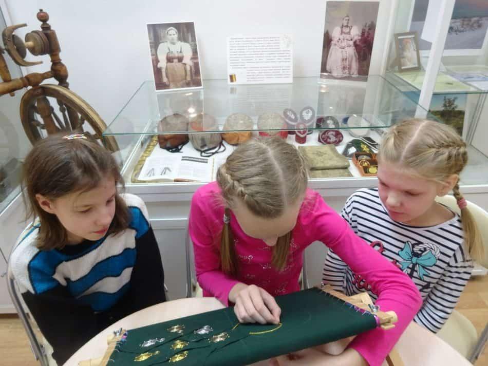 Участницы программы «Бабушкин урок» осваивают золотошвейное дело в музее-мастерской «Рукоделия Поморья» Центра поморской культуры