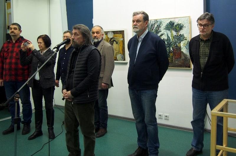 КУратор Сергей Терентьев у микрофона и участники выставки