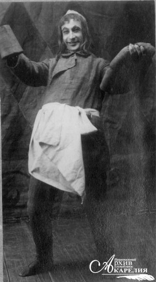 В.И. Катун в роли кабатчика из спектакля по произведению Ганса Сакса «Уленшпигель со слепцами» в исполнении труппы Мурманской железной дороги. Петрозаводск. Май 1918 года. «Народная фотография Петрозаводска»