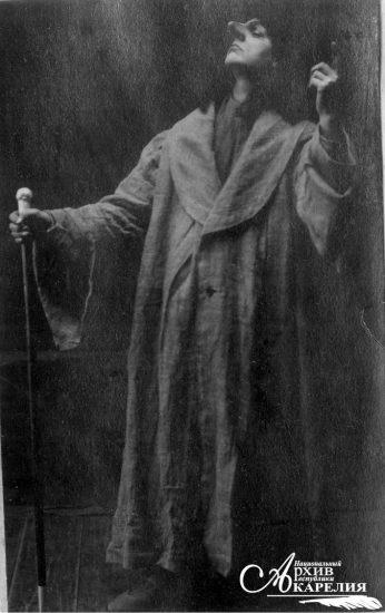[С.]Д. Хрусталев в спектакле по произведению Ганса Сакса «Доктор с длинным носом» в исполнении труппы Мурманской железной дороги. Петрозаводск. Май 1918 года. «Народная фотография» Петрозаводска