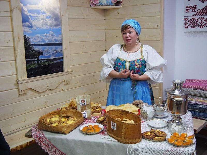Онежская стряпуха Лариса Багаева уже известна и среди своих земляков, и среди гостей Заонежья. На презентации Лариса угощала гостей заонежскими калитками с картошкой и пшеном, пирогами для зятя, бутербродами - вкусным ржаным хлебом, испеченным по рецептам ее бабушки, с ряпушковвой икрой