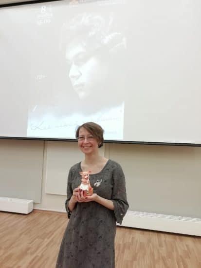 Ирина Пономарева с подарком. Фото Инны Гоккоевой