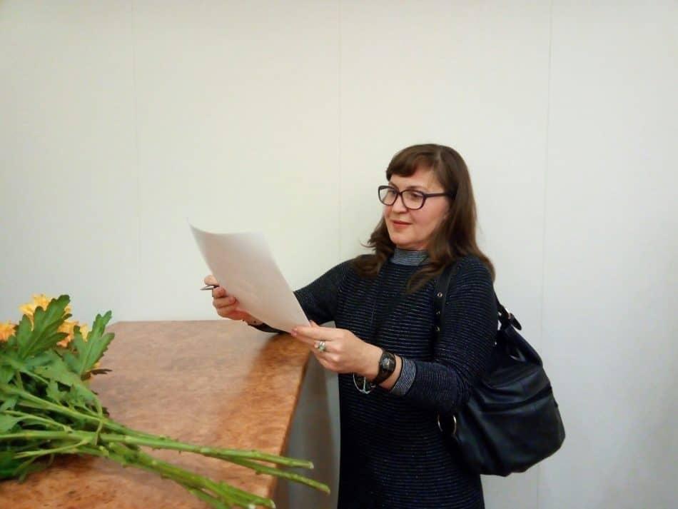 Елена Дубкова после показа общалась со зрителями, подписывала афиши. Фото Натальи Мешковой
