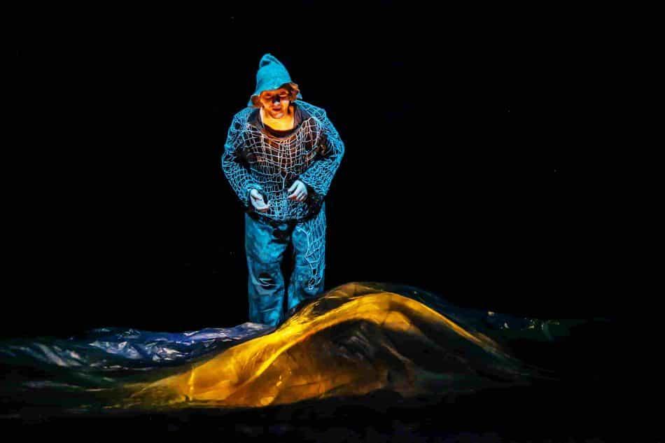 """Сцена из спектакля """"Сказка о рыбаке и рыбке"""". Фото: Юлия Утышева"""