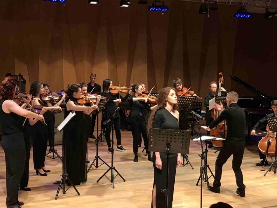 Камерный оркестр Kairos Orchestra, дирижер Игорь Гарюшин, солист - Гуфран Зейно