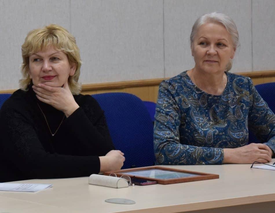 Члены экспертного совета Елена Руденкова (слева) и Елена Антошко. Фото Марии Голубевой