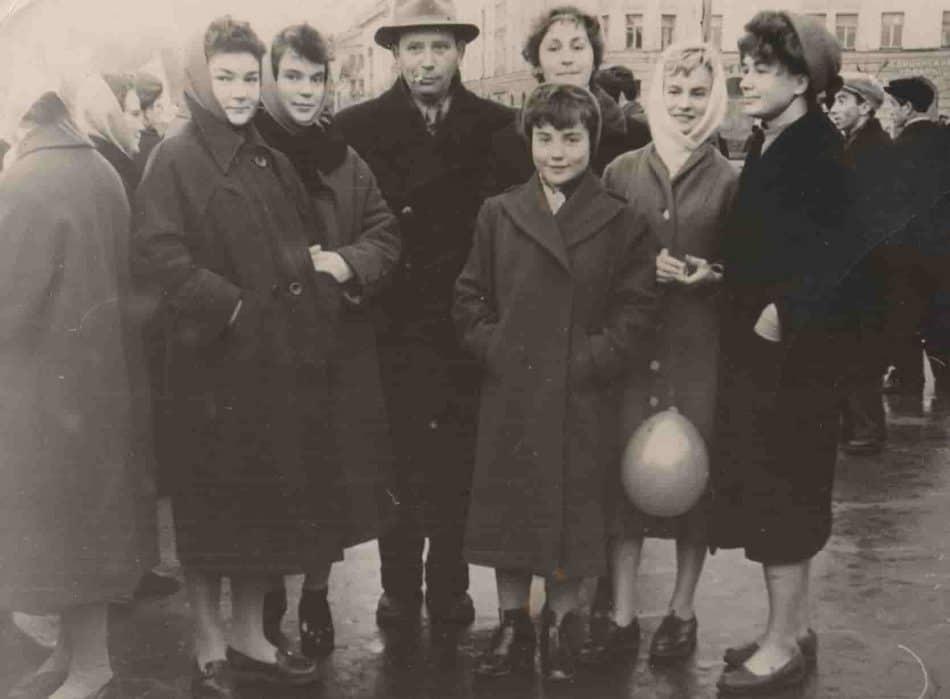 М.М. Гин со студентами. Первая cлева - Светлана Степура, в центре Алина Укконе, крайняя справа - Анна Цунская