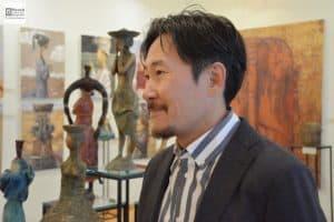Выставка Зорикто Доржиева (на снимке на фоне своих работ) прошла осенью в Музее изобразительных искусств Карелии с огромным успехом и даже была продлена на месяц. Фото Музея ИЗО РК