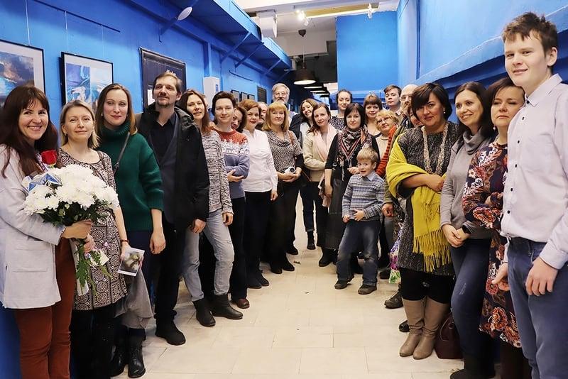 """На вернисаж пришло немало зрителей, друзей и в том числе сотрудники музея """"Кижи"""", чтобы поздравить коллегу. Фото Юлии Утышевой"""