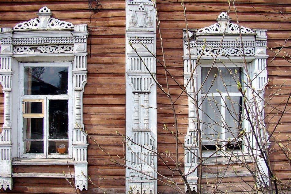 Резьба, украшающая деревянные строения города, красива и изысканна