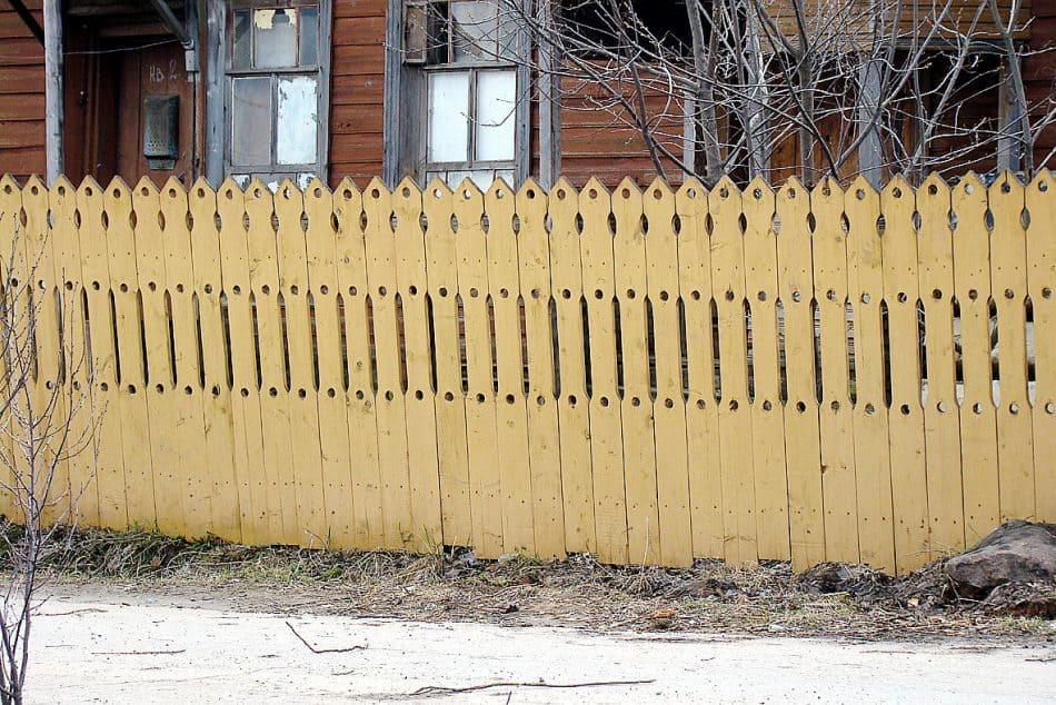 Своеобразными узорами украшены не только дома, но и заборы. И ни один узор не повторяет другой