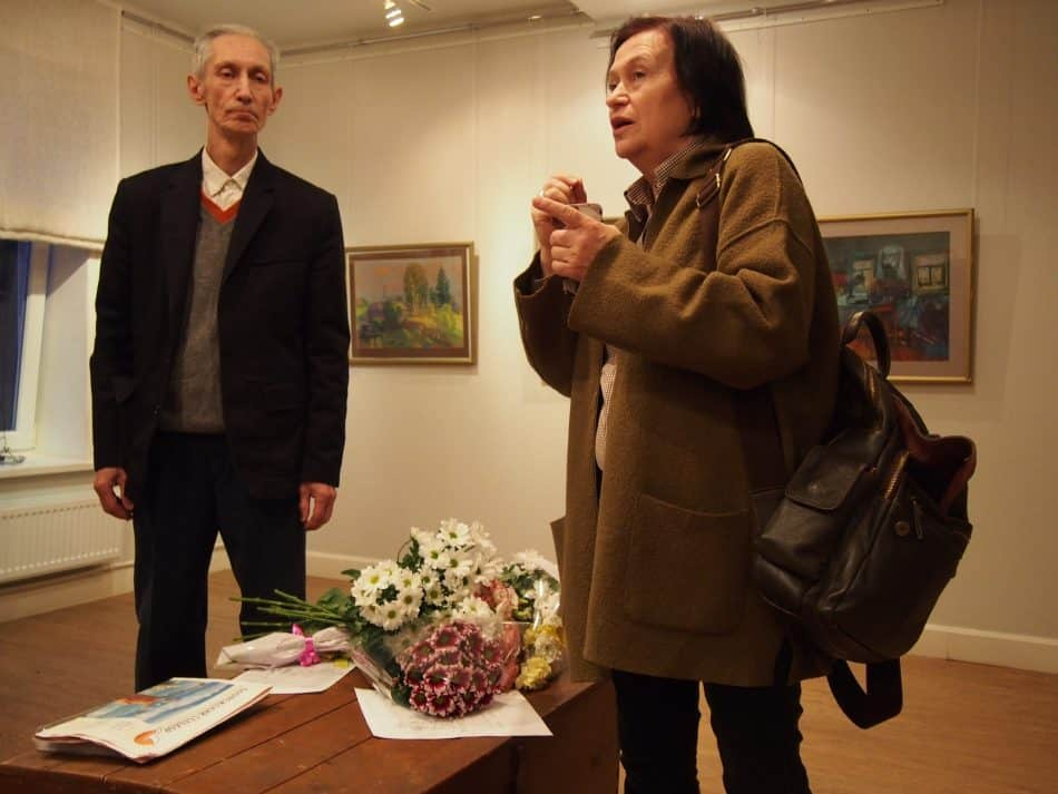 Художник Наталья Кошелева помогала готовить экспозицию. Фото Марии Голубевой