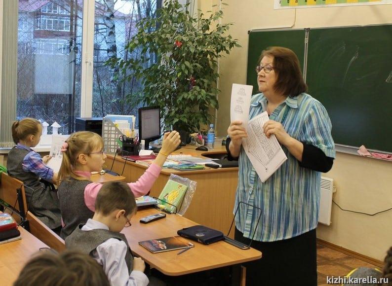 """Елена Филиппова на занятии с детьми. Фото музея """"Кижи"""""""