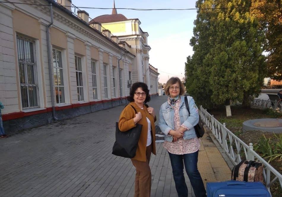 Валентина Акуленко (слева) на станции Шахтная с подругой