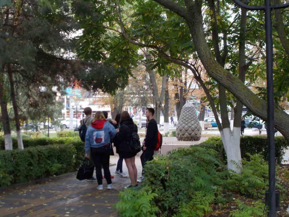 В сквере студенты Автодорожного института. Фото Валентины