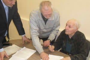 Подписание   соглашения о сотрудничестве между ВОИР и петрозаводской школой ТРИЗ. Фото: Сергей Марков