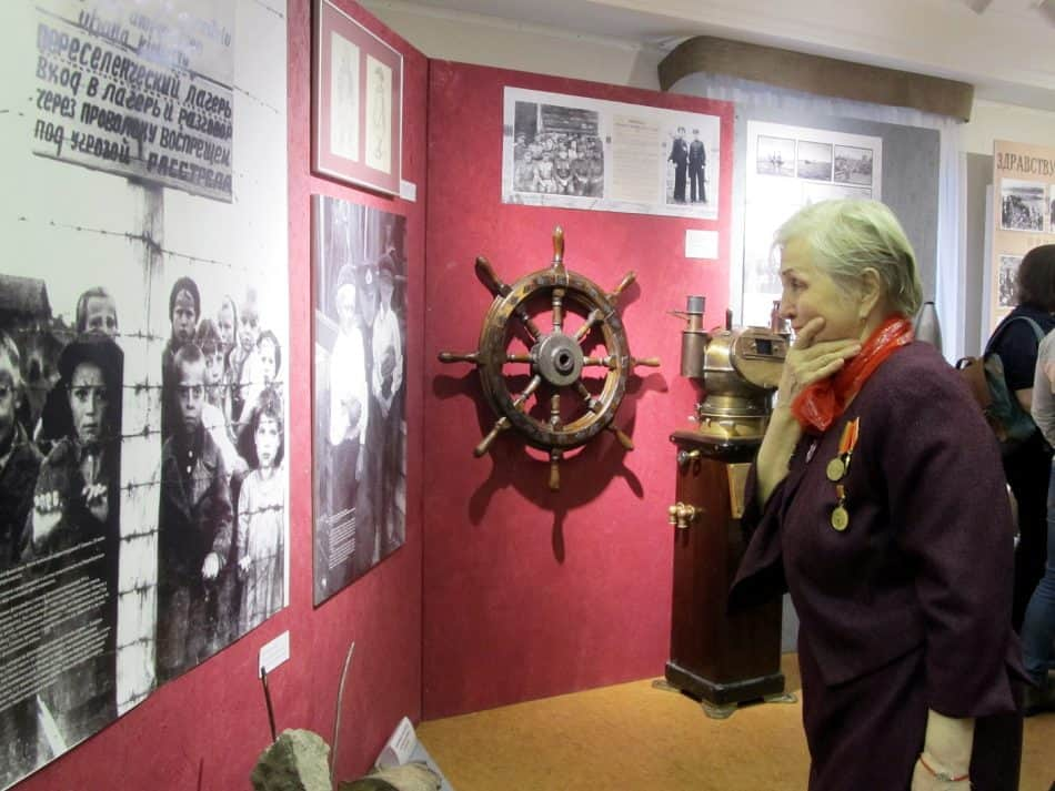 на выставке, посвященной освобождению Петрозаводска