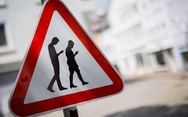 Новый дорожный знак «Люди с телефонами» предложили установить на дорогах подмосковного Реутова местные жители