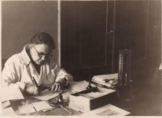 Бабушка Женни в своем рабочем кабинете в Валге