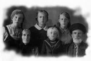 """На фото мне 5 лет . Справа и слева от меня бабушка Евдокия Лукинична и дедушка Николай Антонович Ануковы. За мной моя мама Анна Николаевна, ее сестры Мария и Клавдия""."